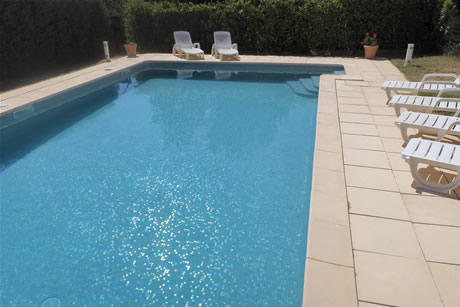 La piscine privée mesure 5x10m