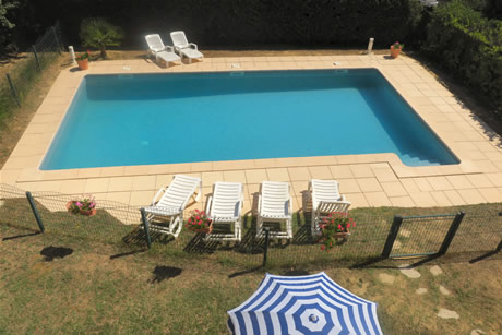 piscine entouree par une barriere